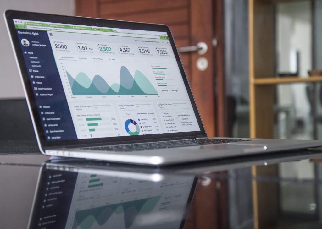 Chiffres KPI sur écran d'ordinateur pour illustrer prestation digitale de Maud Ezavin, prise par Carlos Muza référence 84523 pour le site unsplash